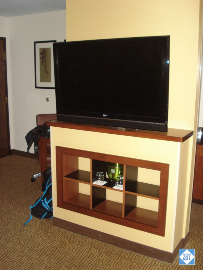 hp-mke-airport-tv-and-bookcase